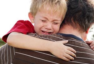 Huilend-jongetje-getroost-door-vader